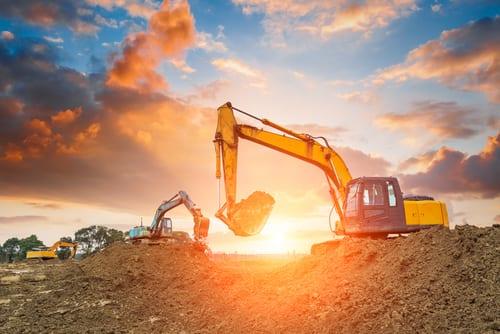 Bilde av gravemaskin i solnedgang - Våre tjenester fra Per Kr. Fossum Snø og Anlegg Enebakk AS